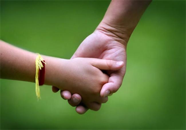 Детская рука во взрослой
