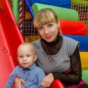 Арсений Скраглев с мамой. Фото из соцсетей.