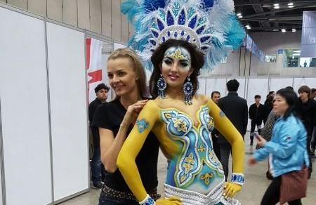 Виктория Станевич и ее модель на конкурсе в Корее. Источник - kazinform.kz