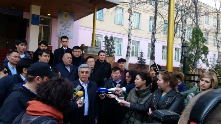 Председатель ОСДП Жармахан Туякбай выходит с избирательного участка