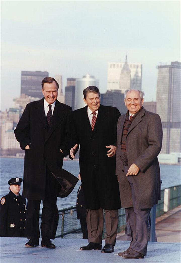Слева направо: Джордж Буш-старший, Рональд Рейган, Михаил Горбачев