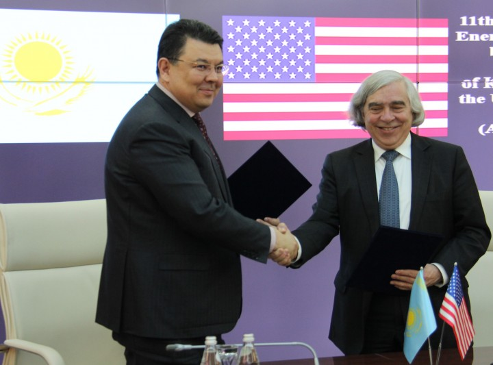 Канат Бозумбаев и Эрнест Мониз. Фото пресс-службы минэнерго.