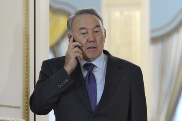 Назарбаев говорит по телефону