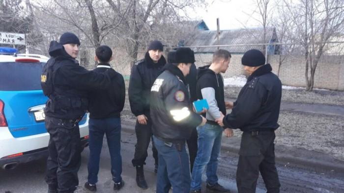 Один из подозреваемых с бойцами СОБР