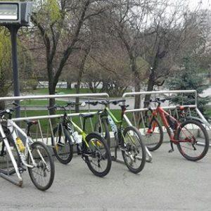 Стоянка велосипедов возле акимата Алматы. Фото Саясата Нурбека.