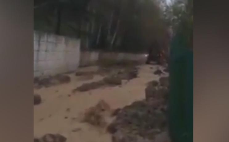 Большая вода в Алматы- потоп на Толе би и грязевой поток на Медеу – 365info.kz 2016-05-18 11-51-26