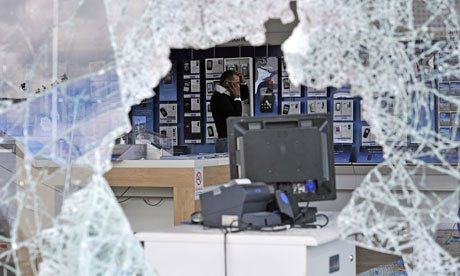 London-riots-a-looted-O2--007