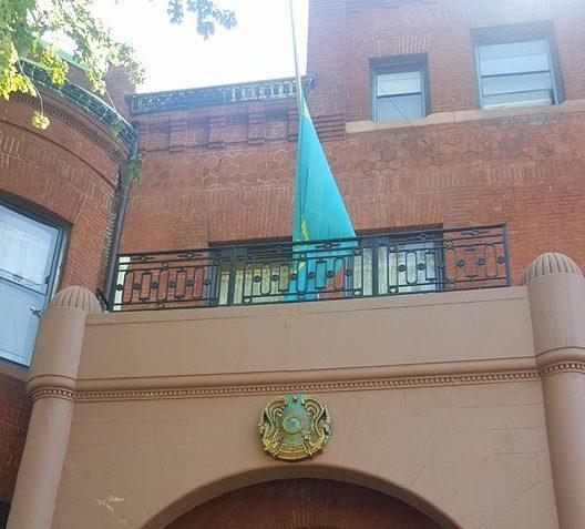 Флаг на посольстве Казахстана приспущен