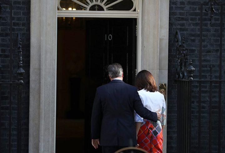 Премьер Англии объявил оботставке