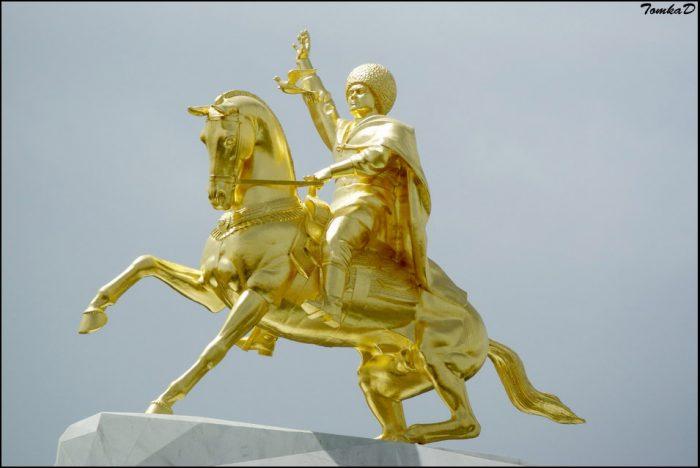 Золотая статуя Гурбангулы Бердымухаммедова