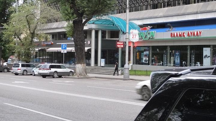 Патруль дежурит у оружейного магазина