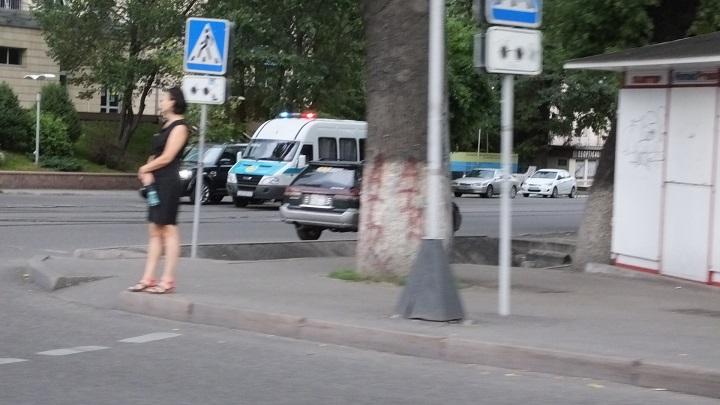 полицейские проверяют подозрительные авто
