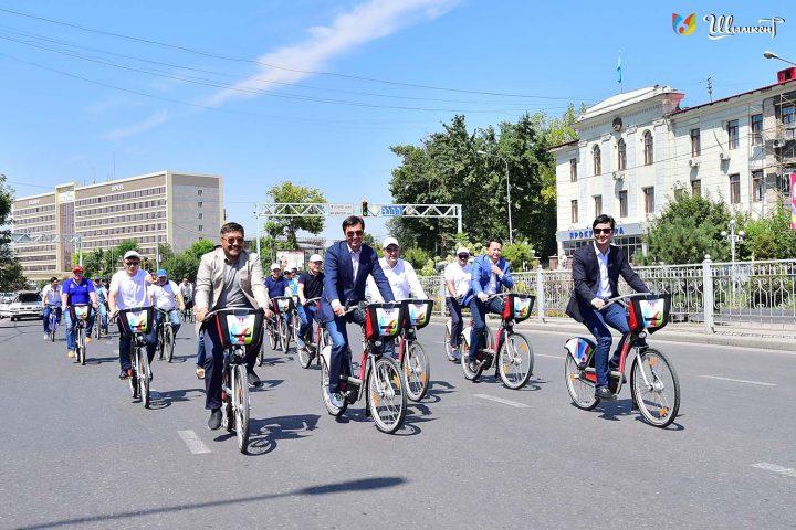 Аким города и глава велофедерации едут по проспекту Тауке хана