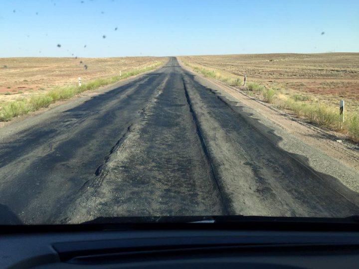 """Для казахстанских путешественников слово """"автострада"""" имеет два значения: """"авто"""" и """"страдание""""."""