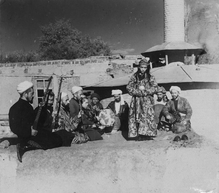 Бача в Самарканде с группой сопровождающих его музыкантов