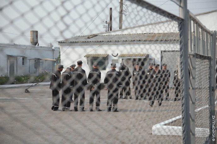 """Осужденные во дворе тюрьмы """"Черный беркут"""". Источник -voxpopuli.kazakh.ru"""