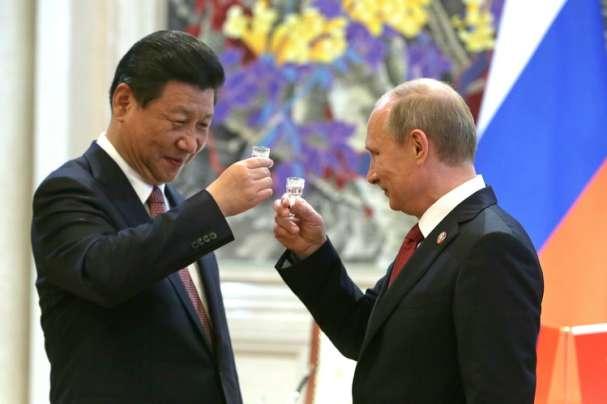Путин и Си Цзиньпин пьют водку
