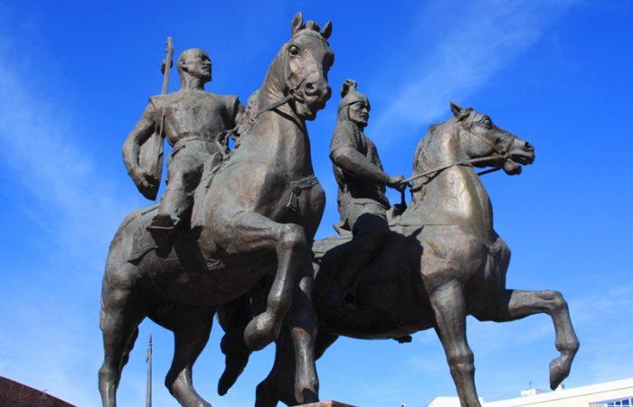 Памятник Махамбету Утемисову (слева) и Исатаю Тайманову в Атырау