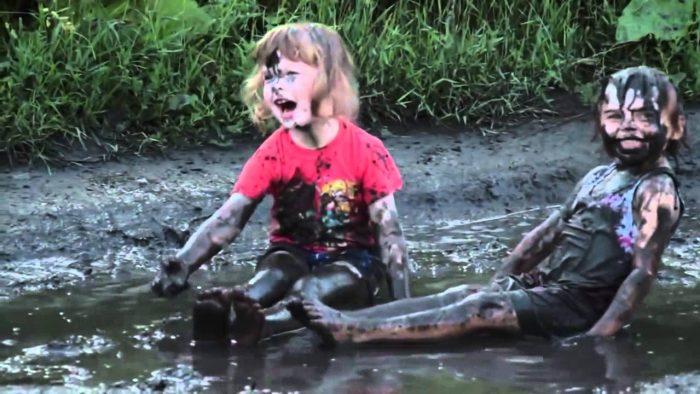 ребенок в грязи и луже