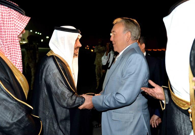 Руководитель Казахстана посетил Саудовскую Аравию исовершил намаз вМедине