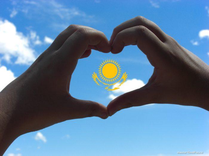 "флаг казахстана в ""сердечке"" из рук"