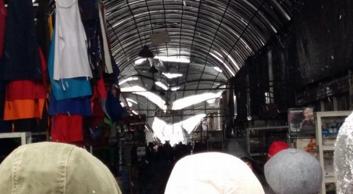 Два человека пострадали при обрушении навеса нарынке вАлматы