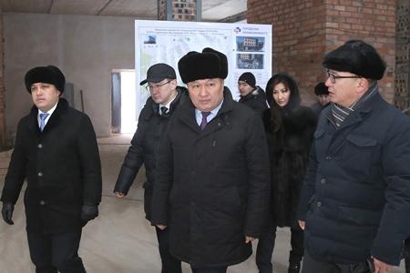 аким Карагандинской области осматривает строящуюся поликлинику