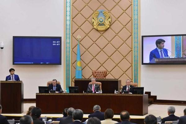 Куандык Бишимбаев представляет в Сенате поправки в налоговый кодекс