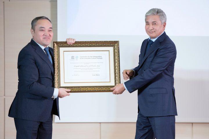 Тасмагамбетов вручает сертификат ЮНЕСКО