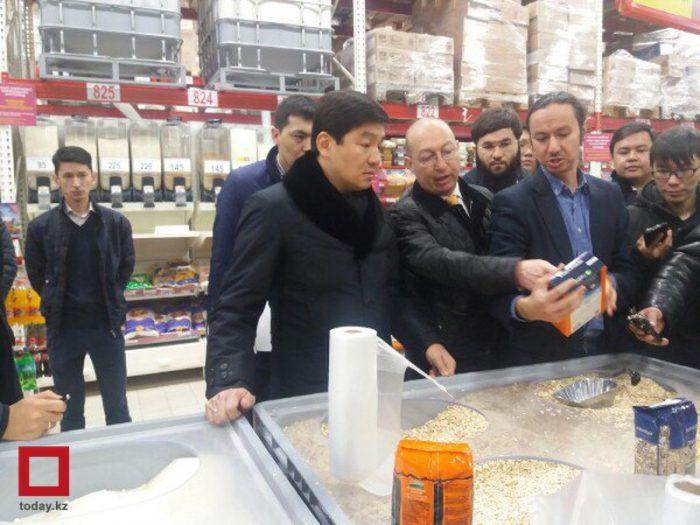 Байбек инспектирует алматинский магазин
