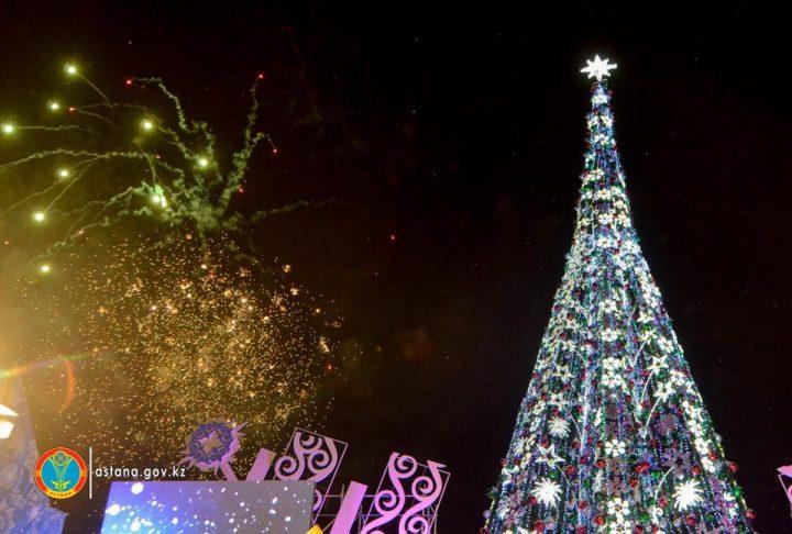 ВАстане зажглась главная новогодняя елка страны