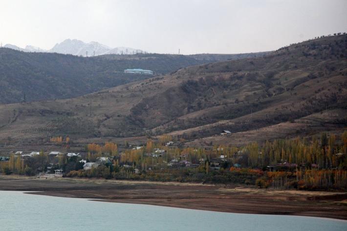 Поселок Сиджак на берегу Чарвакского водохранилища. Наверху - резиденция Ислама Каримова
