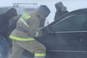 спасатели вытаскивают застрявшие в южном Казахстане машины