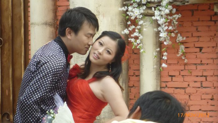 пара целуется; китайцы