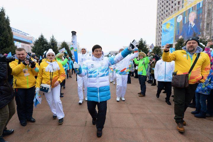 аким Алматы с факелом Универсиады