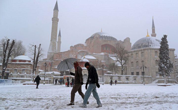 Обильный снегопад стал неожиданностью для жителей Стамбула