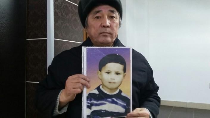 Даниал Суюнжанов с фото пропавшего в 1996 году племянника Ержана.