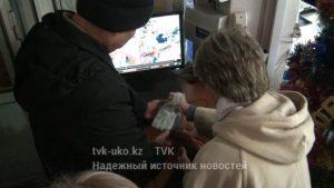 пожилая женщина украла сырок