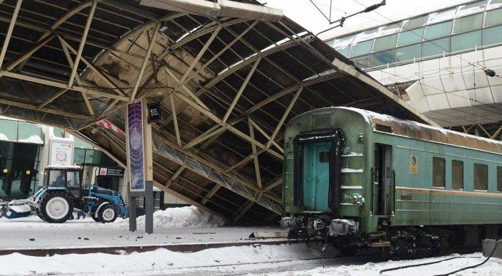 ВАстане нажелезнодорожном вокзале обвалился железный навес