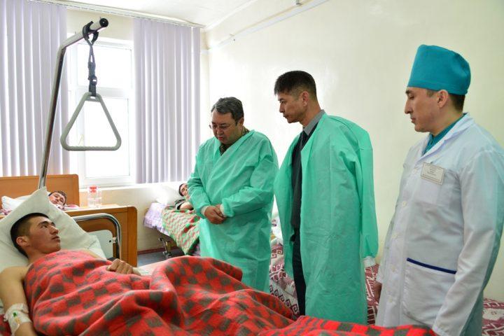 министр обороны навещает военных в госпитале