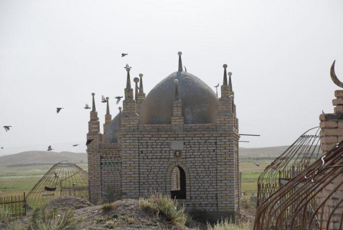 Мазар на кладбище в Кыргызстане