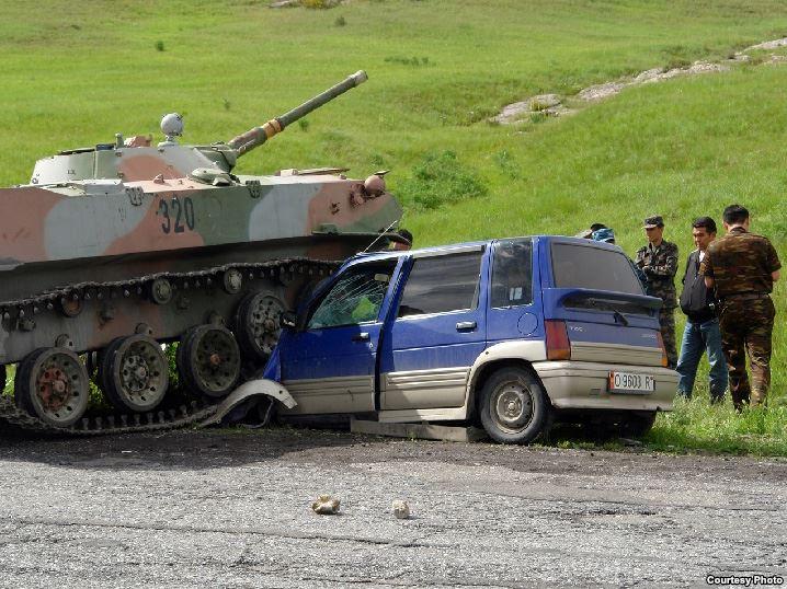Узбекский танк наехал на автомобиль граждан Кыргызстана
