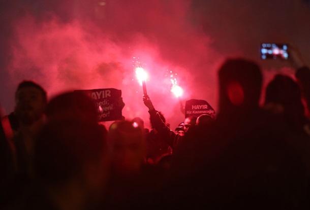 Тысячи протестующих против президентской реформы вышли наулицы— Стамбул бушует
