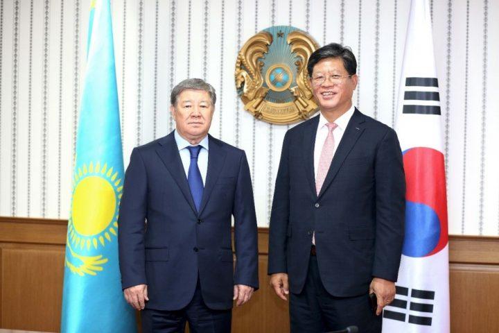 Президент КОТРА Ким Джэ Хонг и Председатель правления АО НК Астана ЭКСПО-2017 А. Есимов.