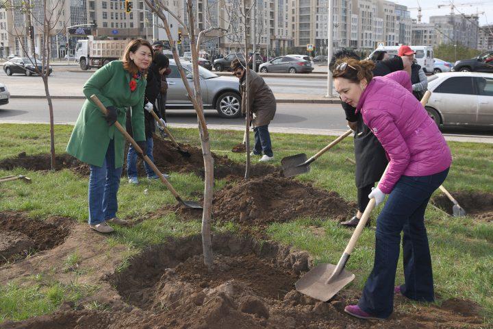мажилисмены сажают деревья