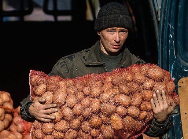 Мужчина с мешком картофеля