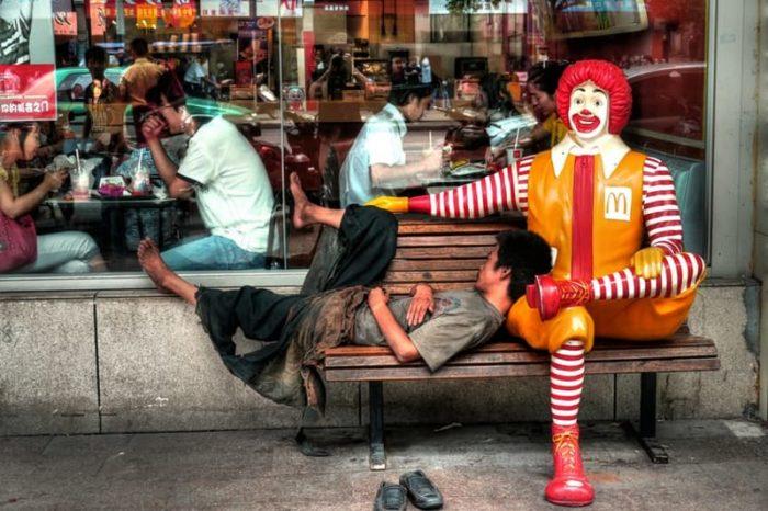 """Бездомный у ресторана """"Макдональдс"""". Китай"""
