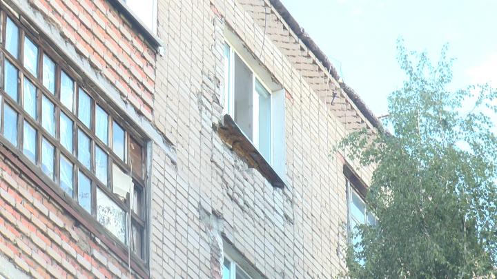 Стены дома разрушаются