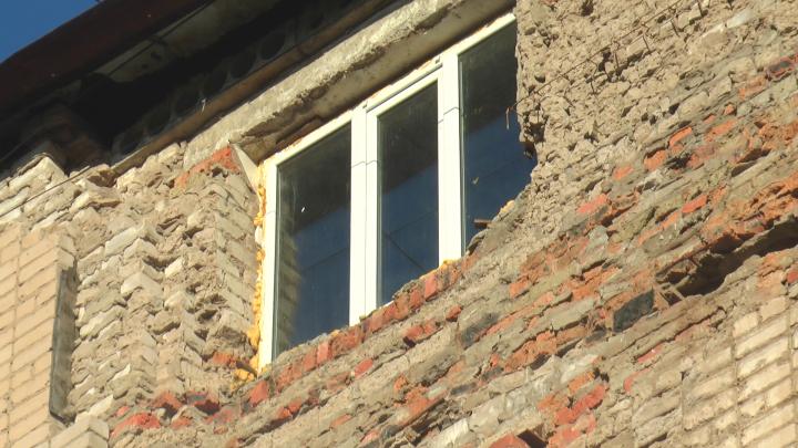 Кирпичи вываливаются из стены дома