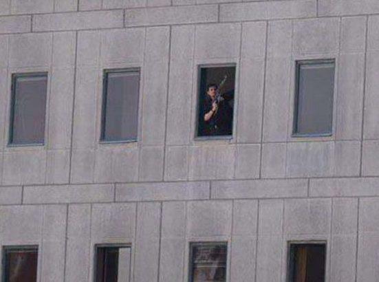 Предполагаемый боевик в окне здания парламента. Тегера